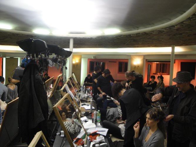 staff prepara le modelle per la sfilata