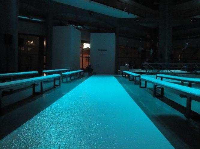 spazio per sfilata fotografato durante la notte