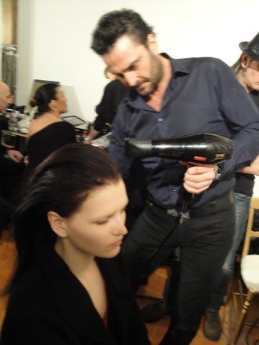 parrucchiere fa i boccoli a una modella
