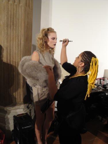 preparazione modella in salone