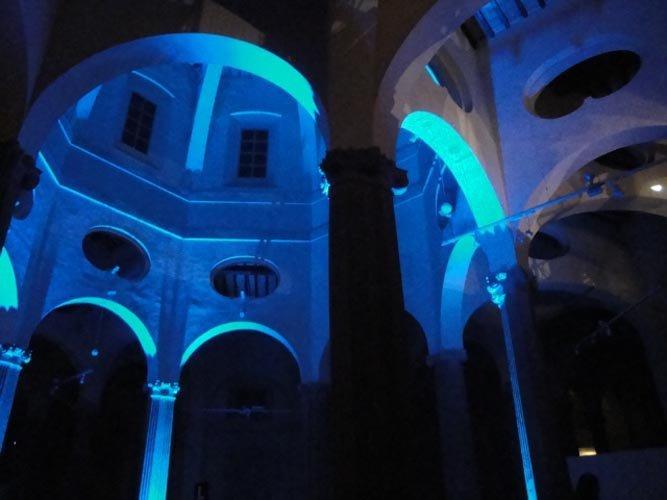luce azzurro a parete