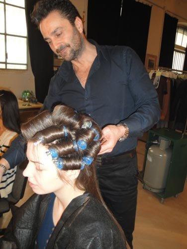 modella con acconciatura e parrucchiere