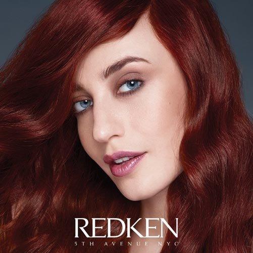 modella con capelli bionde REDKEN