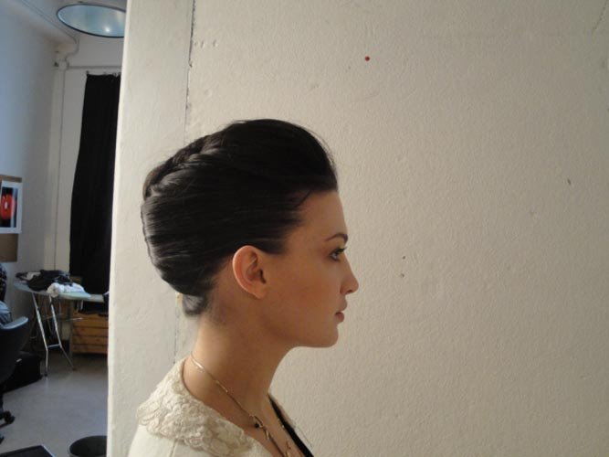 modella con acconciatura vestito bianca -vista laterale