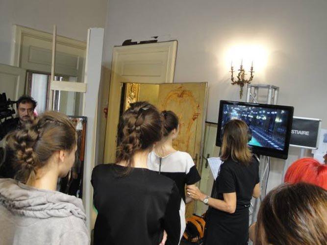 modelle con acconciature mentre vedono televisione