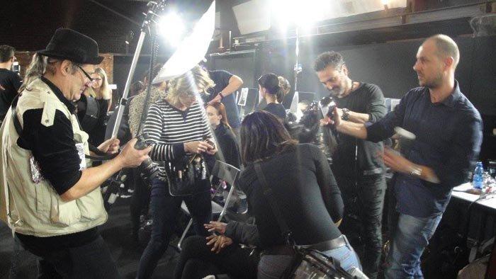 parrucchieri e modelle durante un evento