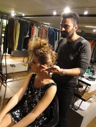 un parrucchiere con una modella durante lavoro