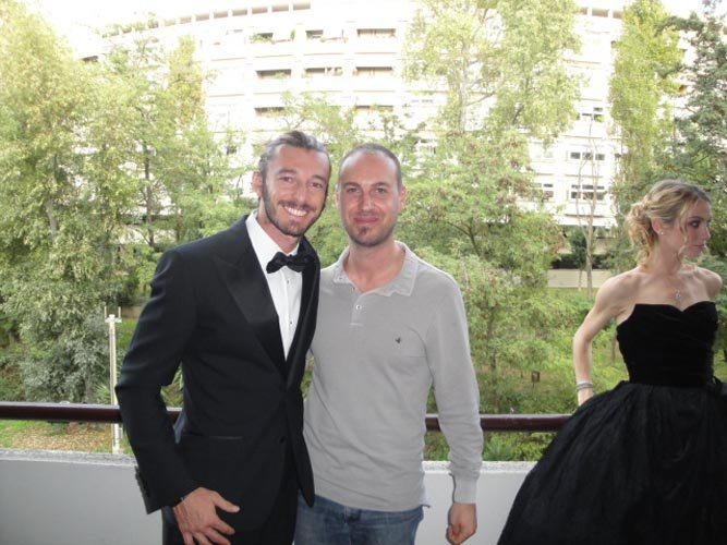 due uomo mentre posa per foto sessione con una modella