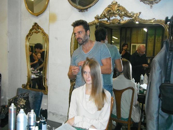 un parrucchiere al lavoro con una modella