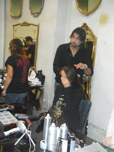 mani di parrucchiere mentre tagliano capelli di una modella