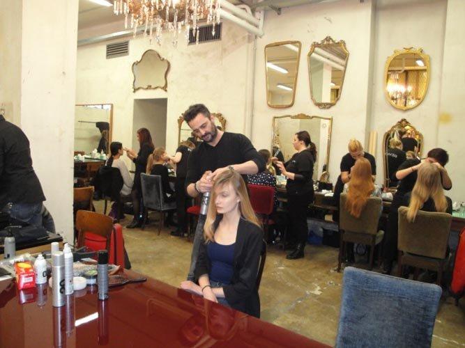 Parrucchiere che tagliano capelli di una modella in salone