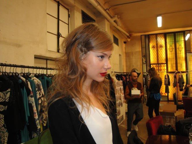 vista laterale di salone con una modella con capelli bionde