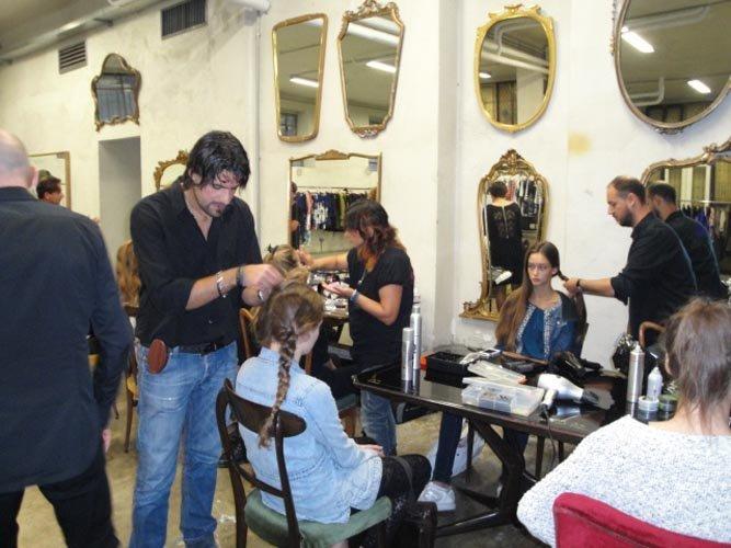 primo piano di parrucchiere dare un nuovo taglio di capelli al cliente