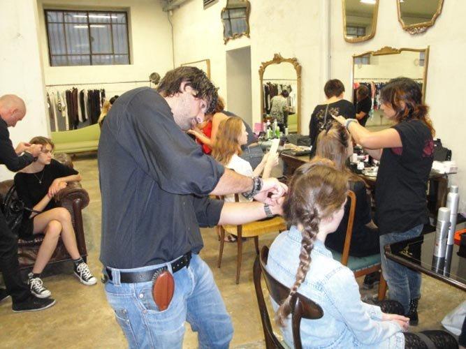Parrucchieri con le forbici che tagliano capelli