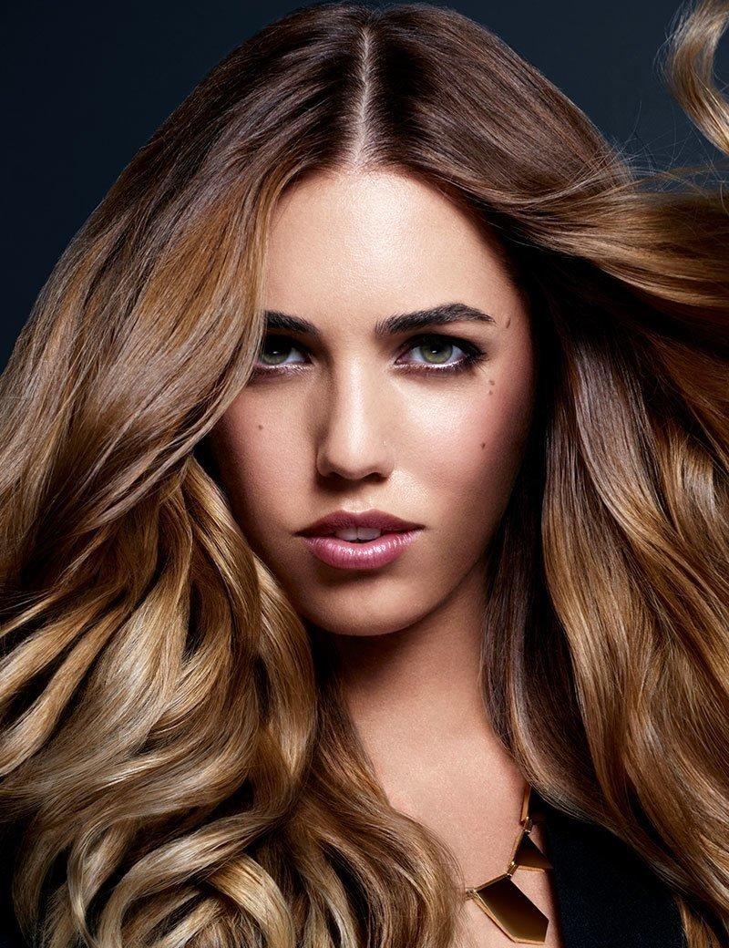 modella con capelli lunghi e frangia