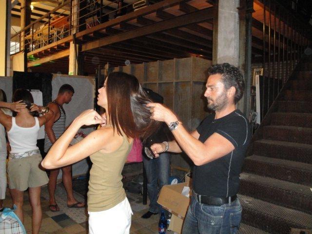 Parrucchiere mentre sistema capelli di una modella