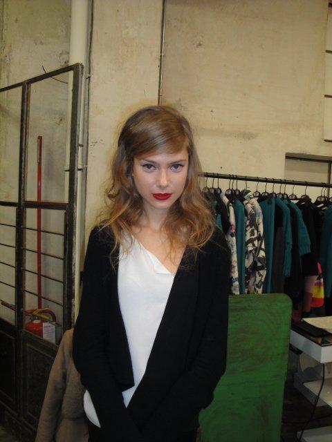una ragazza con capelli bionde