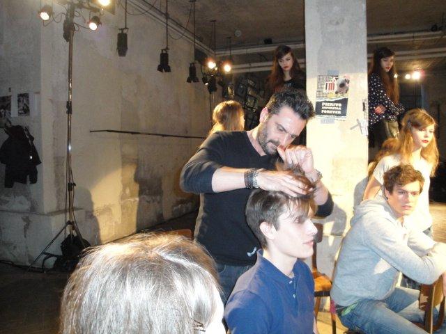 un parrucchiere facendo taglio di capelli per cliente nel salone