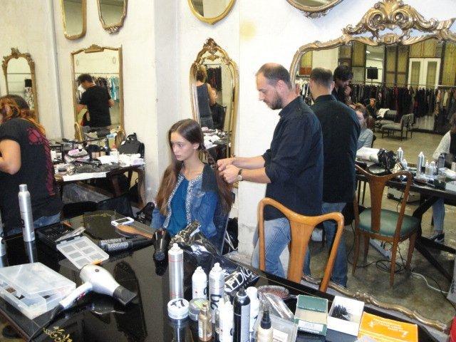 stilista taglio dei capelli di una cliente al salone di bellezza Sagar