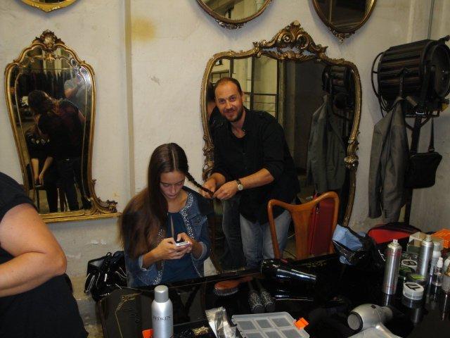 parrucchiere al salone con modella