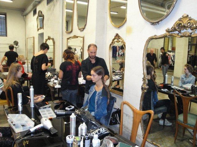 dietro le quinte-ritocco capelli alle modelle nel salone Sagar