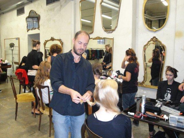 Parrucchieri che tagliano capelli di modelli in salone moderna Sagar