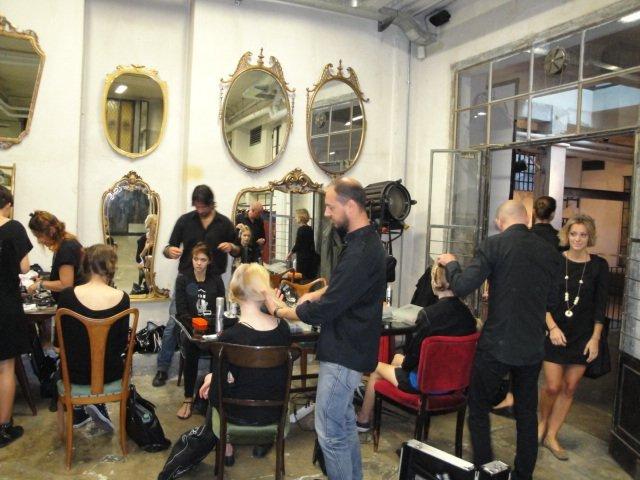 Parrucchiere che tagliano capelli di modelle