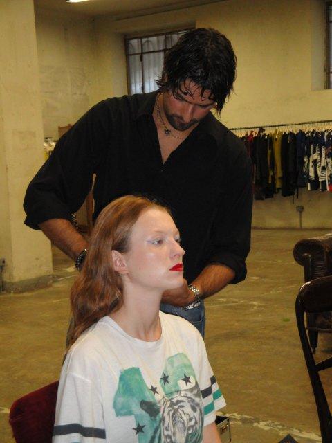 Parrucchiere al lavoro con una modella