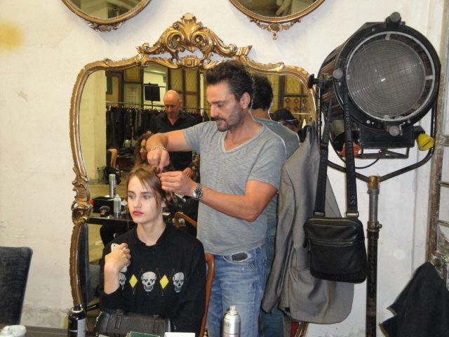 mani di parrucchiere con le forbici che tagliano capelli