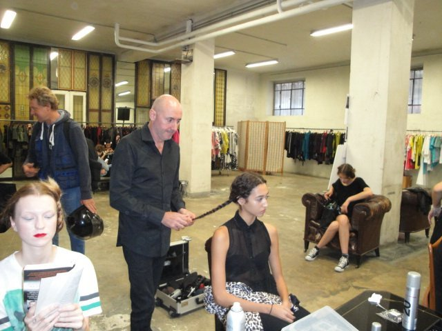 dietro le quinte-ritocco capelli alle modelle in salone moderna