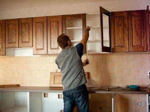 cucina in legno su misura montaggio