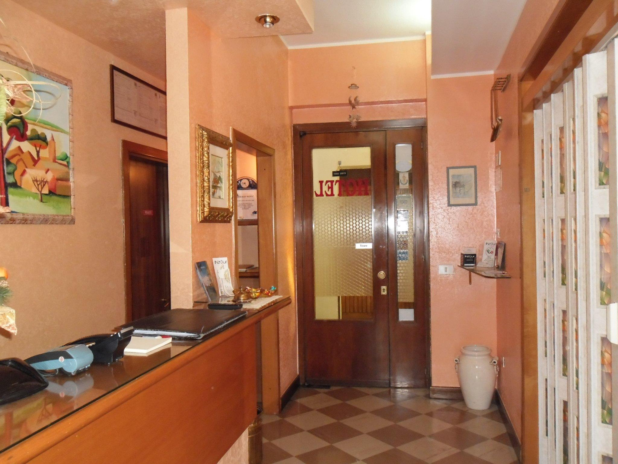 front desk di albergo Roma