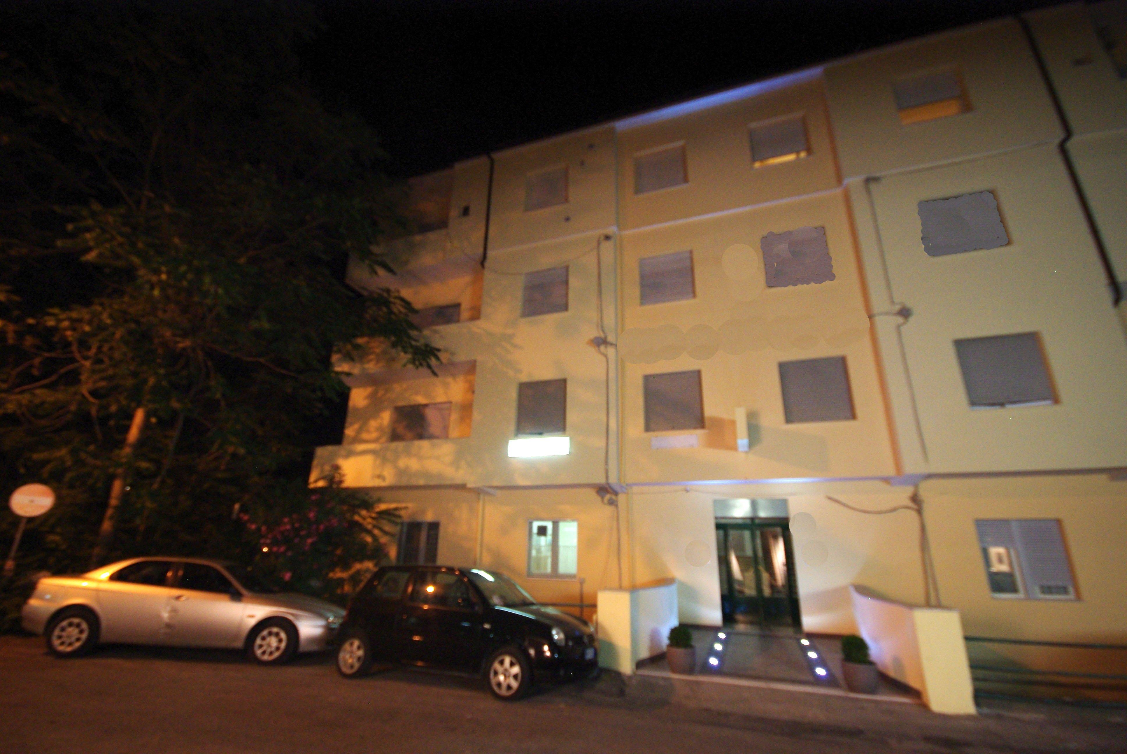 vista esterna dell'albergo di sera