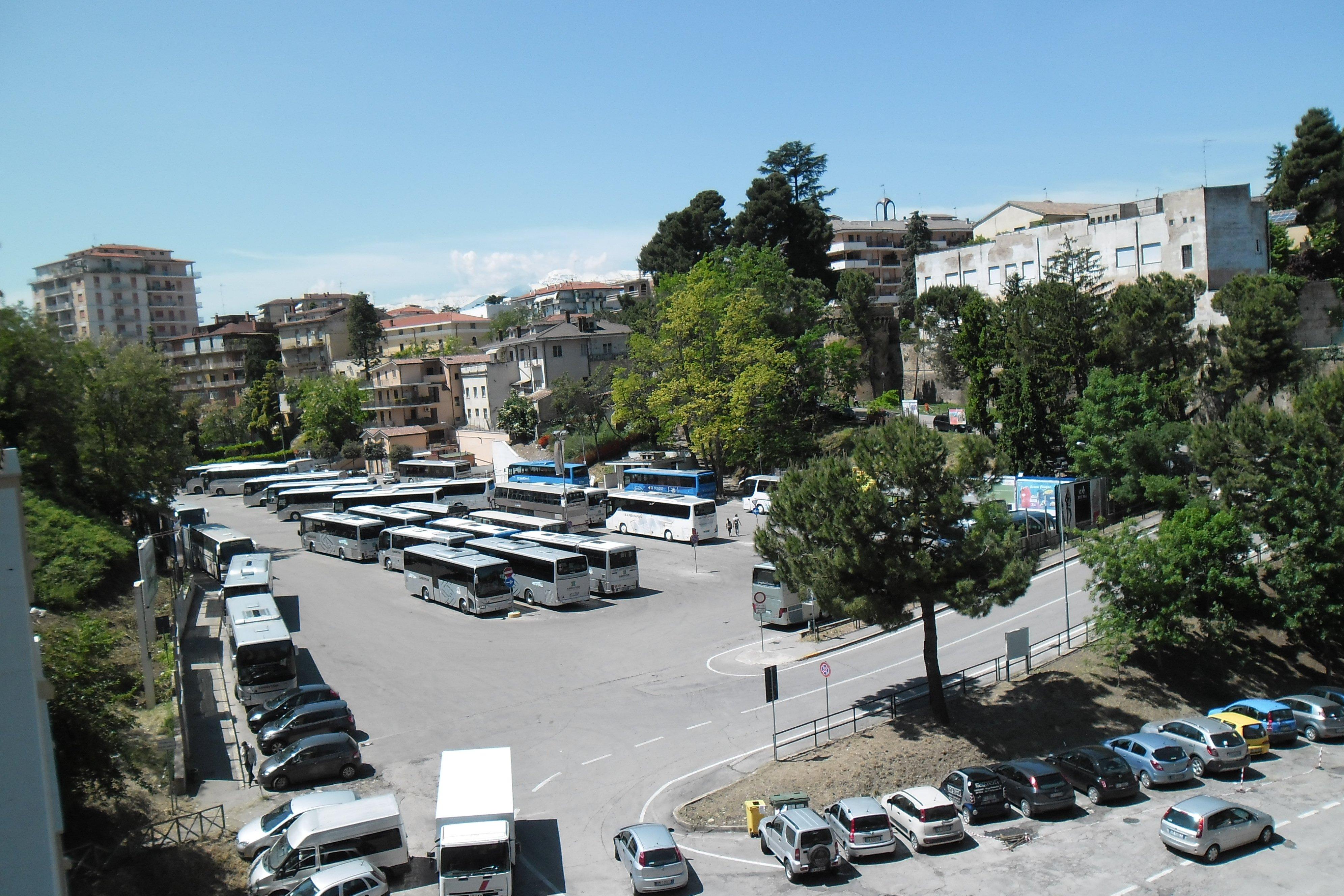 vista dall'alto di un parcheggio bus a Lanciano