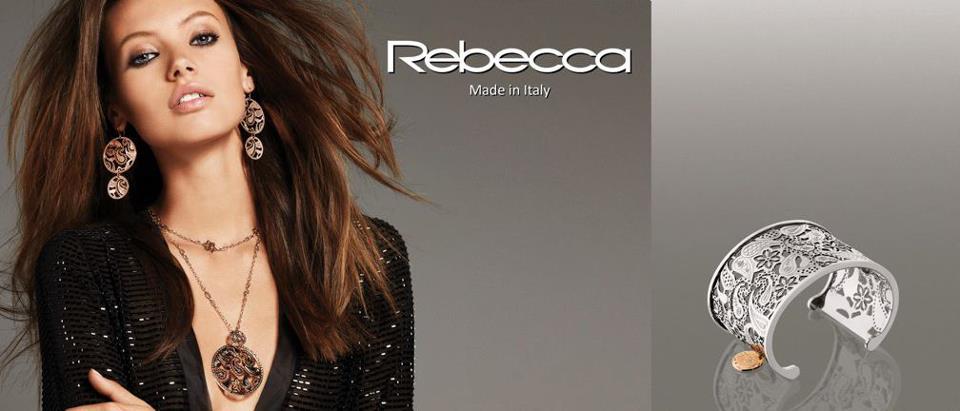 un bracciale è una modella con la scritta Rebecca
