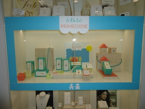 una vetrina con la scritta Le Bebé Primegioie