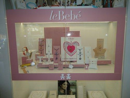una vetrina con scritto Le Bebé