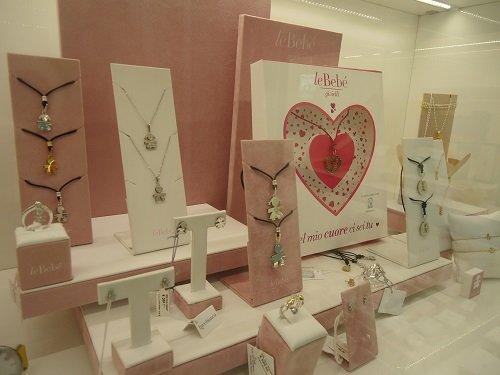 delle confezioni e dei gioielli della marca Le Bebé