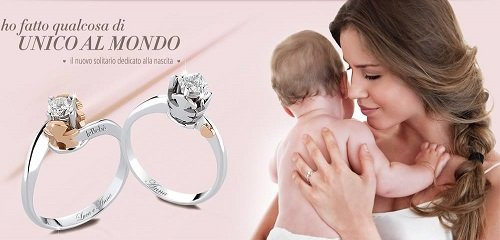due anelli e una donna con in braccio un bambino