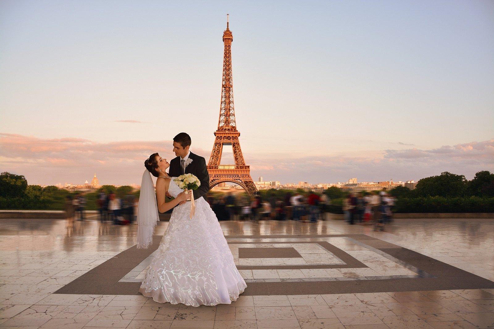 due sposi e in lontananza la Tour Eiffel