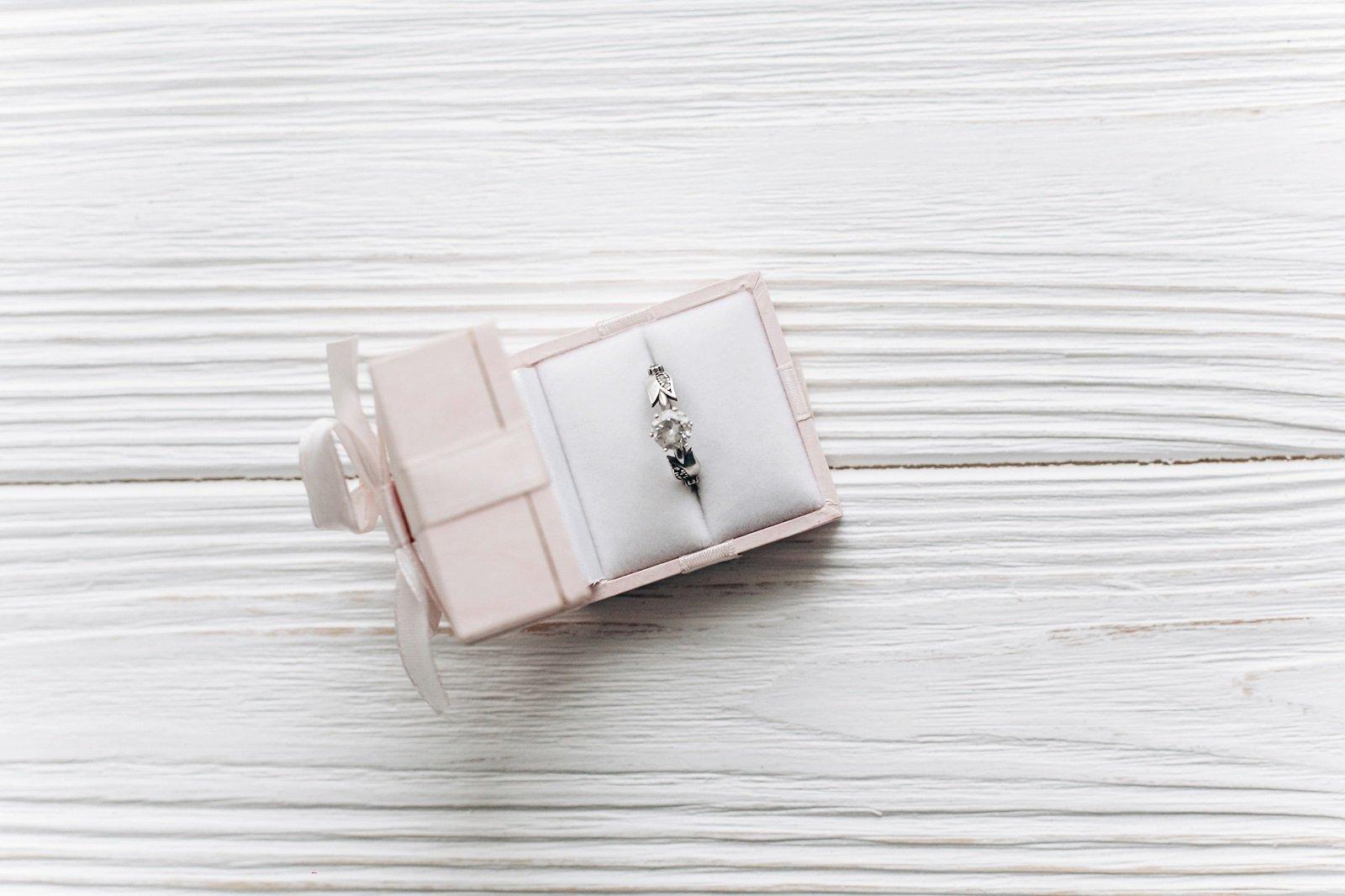 un anello in una confezione