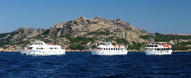 tre barche turistiche in mare