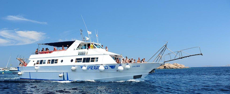 vista laterale di una barca turistica