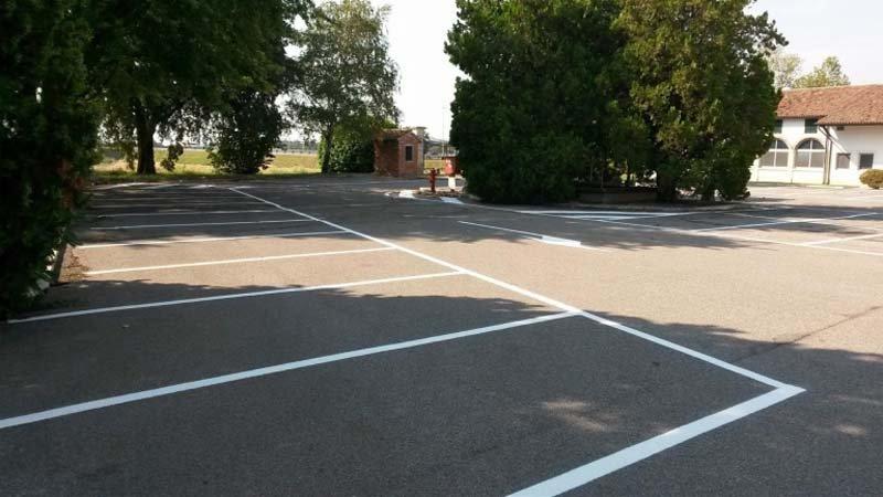 striscie bianche per parcheggi