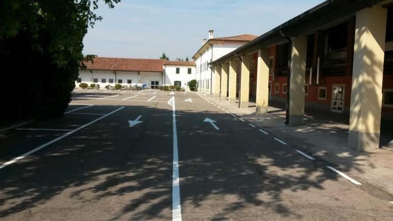 striscie stradali che delimitano la carreggiata