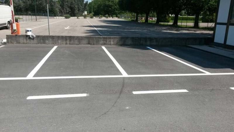 striscie bianche che delimitano lo spazio per parcheggi auto