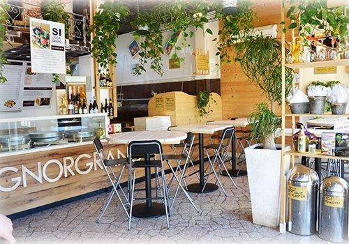 Pizzeria fatta di legno e piena di piante