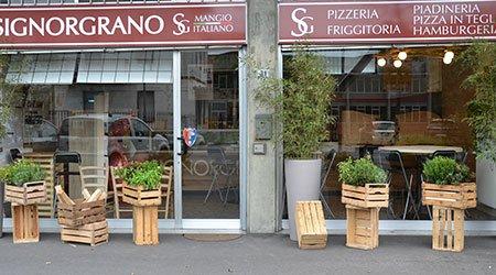 vista dall'esterno della pizzeria Signor Grano