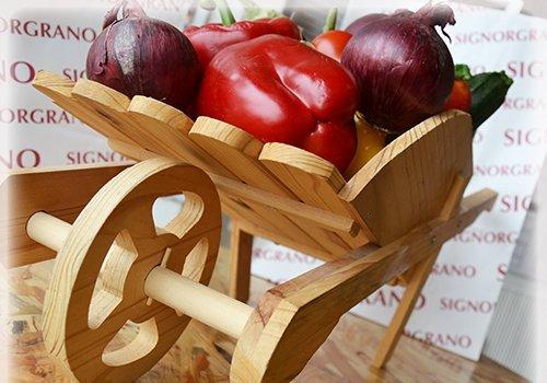 Carrello di legno contenenti vegetali