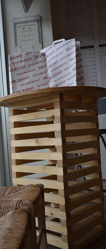 un tavolo con due pacchi con scritto Signor Grano